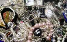 Facsimile jewelry sales play a role of con artist, SEE How